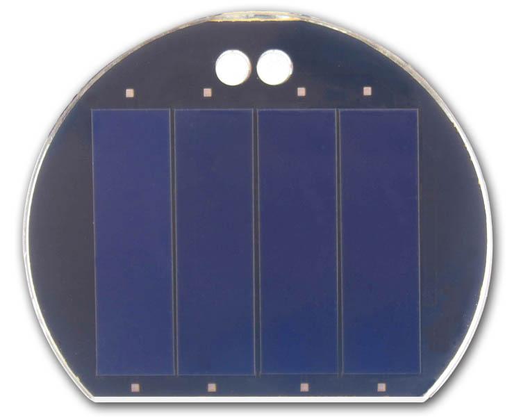 太阳能电池板在晴好天气条件下,太阳光照射到太阳能电池板阵列上